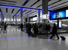 Vue d'un carrousel de récupération de bagage à l'aéroport de Londres, illustrant la perte et la détérioration de bagage