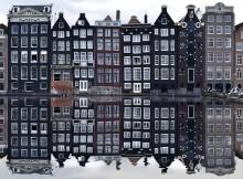 Vue des maisons bordant le fleuve Amstel lors d'un weekend à Amsterdam