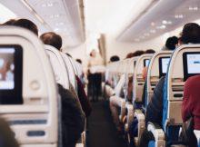 Une rangée de sièges à l'intérieur d'un avion de ligne