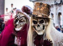 Un homme et une femme déguisée pour le carnaval de Venise