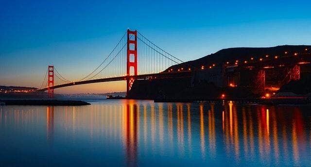 Vu sur le Pont du Golden Gate à San Francisco lors d'un coucher de soleil.