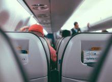 Intérieur d'un avion low cost avec les rangées de sièges.